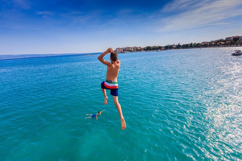 Split, 080614.Nedjeljno poslijepodne na Stobreckoj plazi.Stobrec je u 18 sati mjerio vise od 30 stupanjeva te je poslijepodne bilo idealno za uzivanje u morskim radostima.Foto: Zvonimir Barisin / CROPIX